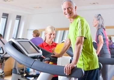 Empresário lucra com academia de ginástica para idosos